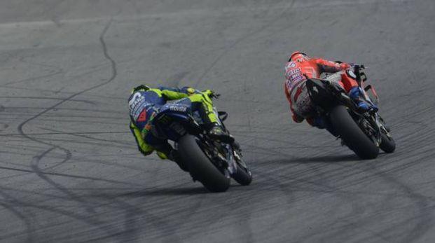 MotoGp, Rossi e Dovizioso in pista (LaPresse)