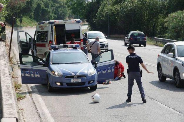 Scontro tra una volante della polizia e uno scooter (foto Zeppilli)
