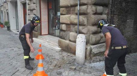 I vigili del fuoco delimitano l'area su cui sono caduti i calcinacci
