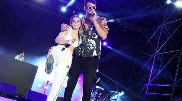 Carl Brave assieme a Francesca Michielin con la  quale  si è esibito sul palco di Riccione (foto archivio)