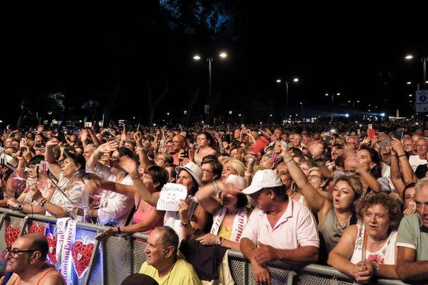 Un mare di gente in piazzale Fellini (foto Petrangeli)