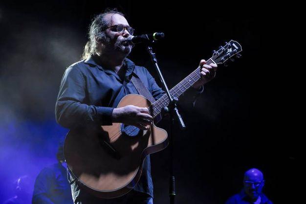 Il figlio della coppia Yari alla chitarra (foto Petrangeli)