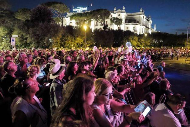 Migliaia in piazzale Fellini (foto Petrangeli)