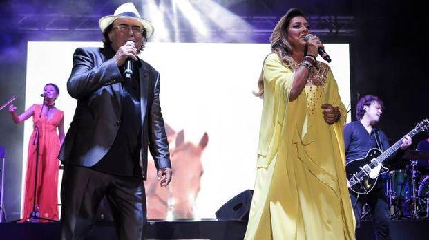 Al Bano e Romina sul palco in piazzale Fellini a Rimini (foto Petrangeli)