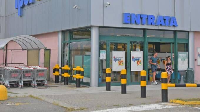 SORPRESA L'ingresso  del negozio  a San Martino