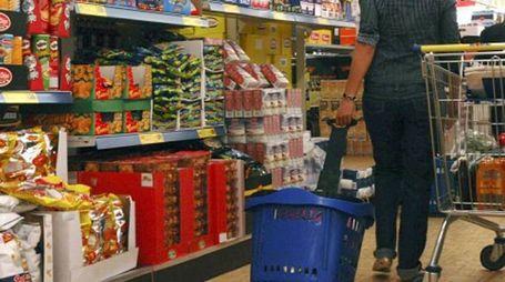 Una donna fa la spesa al supermercato