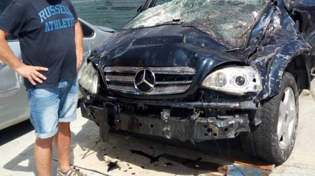 INCIDENTE  La Mercedes appena estratta dal burrone di ponte Passeruola