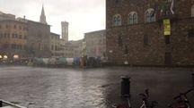 Pioggia e raffiche di vento in piazza Signoria