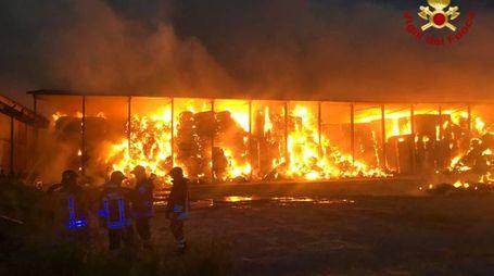 Un momento dell'intervento dei pompieri