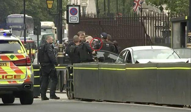 Nel cerchio rosso l'uomo che si è schiantato contro le barriere di Westminster (Ansa)