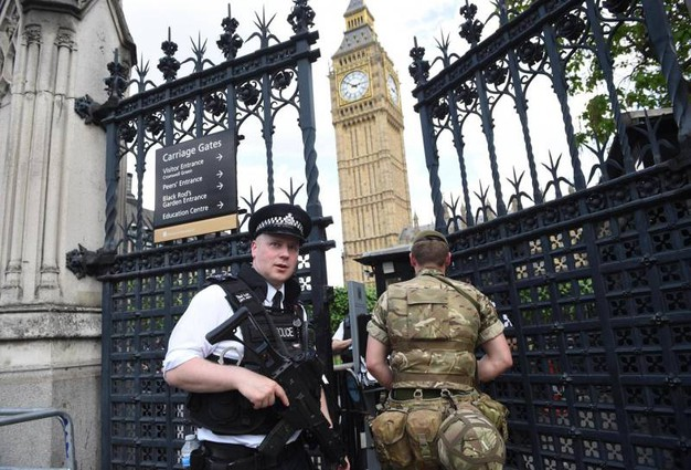 Polizia e esercito a Westminster (Ansa)