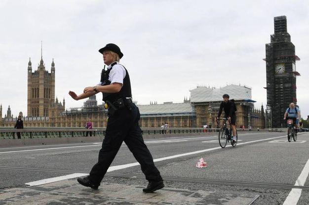 Polizia schierata sul ponte di Westminster (Ansa)