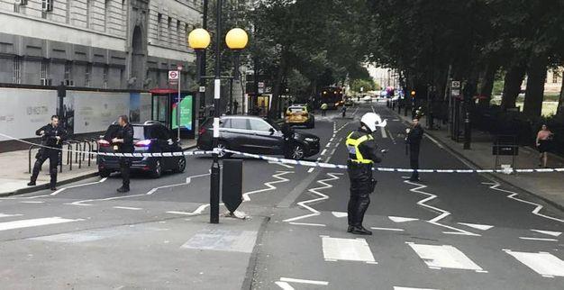 Polizia schierata e strada chiuse al traffico (Ansa)