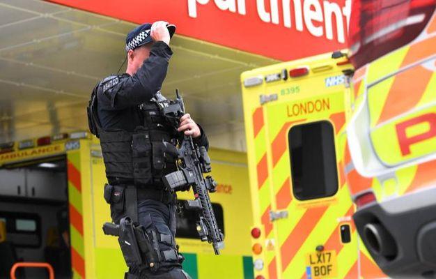 Un agente di polizia e un'ambulanza (Ansa)