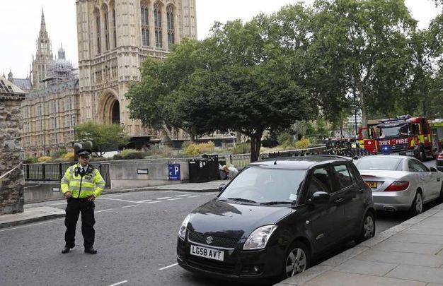 Polizia e mezzi di soccorso fuori dal Parlamento (Ansa)
