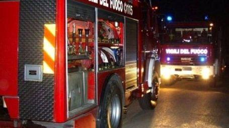 Diverse squadre dei vigili del fuoco sono intervenuti sul posto per domare le fiamme