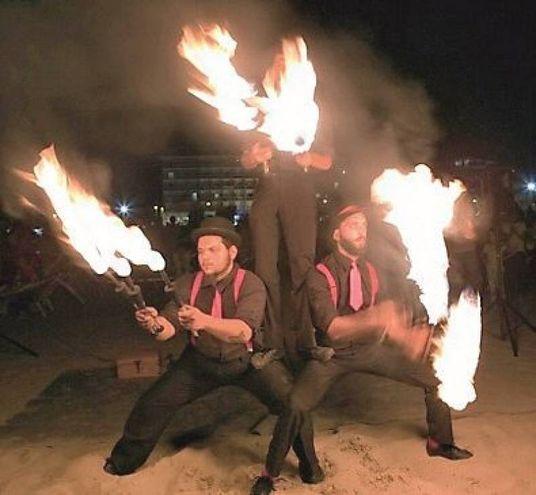 Gli artisti del fuoco illuminano la spiaggia