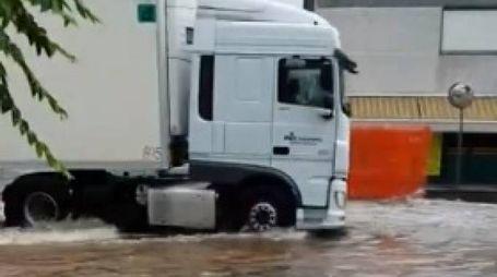 L''acqua ha invaso via Per Sassuolo all'altezza di via Montanara