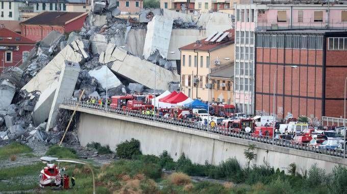 Soccorritori al lavoro sul luogo del disastro a Genova (Lapresse)