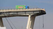 Il camion in bilico sul baratro dopo il crollo del ponte Morandi (Lapresse)