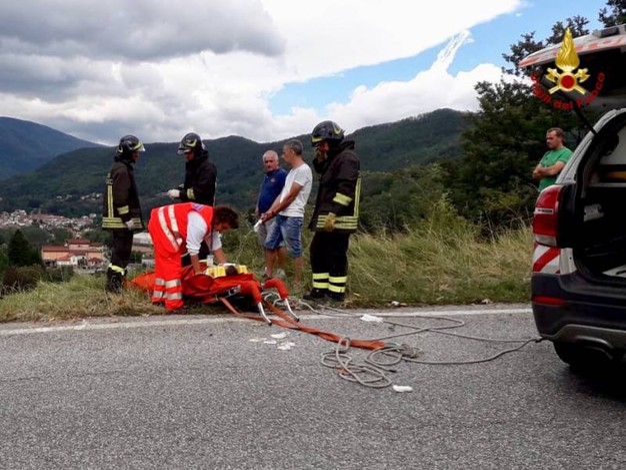 Ciclisti caduti in un precipizio, recuperati dai vigili del fuoco