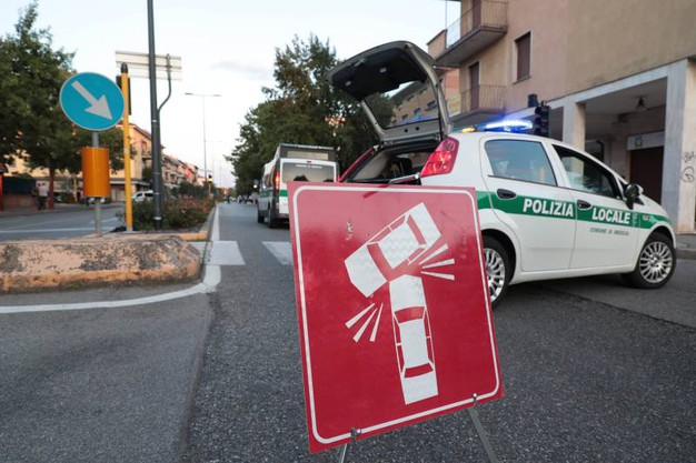 Motociclista investe ed uccide due pedoni a Brescia. Un uomo di 66 anni e la madre stavano attraversando la strada a pochi metri da casa
