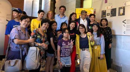 Un gruppo di turisti cinesi con il sindaco Galimberti
