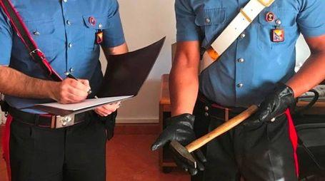 I militari mostrano il martello utilizzato dal bolognese durante la rissa a Marina di Ravenna