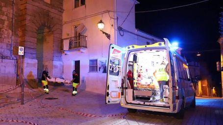 Una donna soccorsa dopo le forti scosse di terremoto a Montecilfone (Ansa)