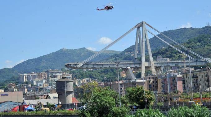 Le macerie del ponte Morandi a Genova (Newpress)