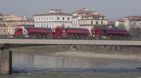Una recente prova di carico sul ponte Vespucci a Firenze (foto Moggi/New Press Photo)