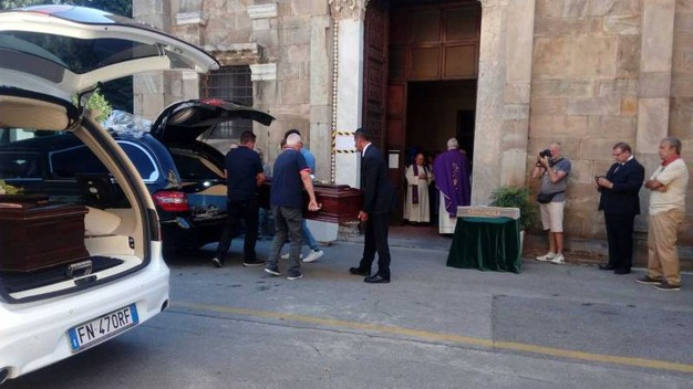 L'arrivo dei feretri di Alberto Fanfani e Marta Danisi davanti alla chiesa (foto Roberto Cappello/Valtriani)