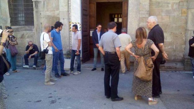 L'attesa dei feretri davanti alla chiesa (foto Roberto Cappello/Valtriani)