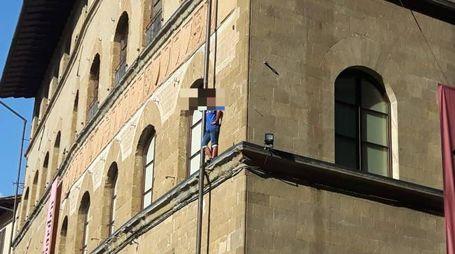 Sale sul cornicione di un palazzo in piazza Signoria