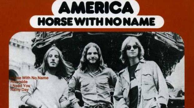 "CULT Dewey Bunnell (a destra) con Gerry Beckley A sinistra il primo successo della band, ""Horse with no name"""