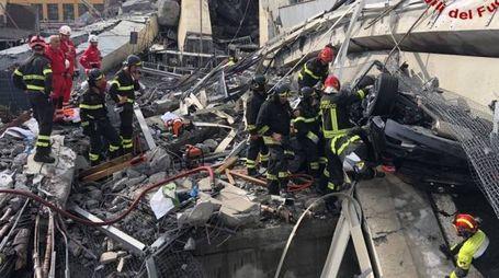 Genova, i vigili del fuoco al lavoro tra le macerie del ponte Morandi (Lapresse)