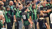 I giocatori del Campi Corniglianese rendono omaggio al compagno scomparso, Marius Djerri (Ansa)