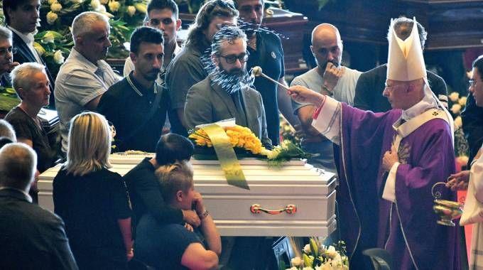 Genova, i funerali di Stato delle vittime con il cardinale Angelo Bagnasco (Lapresse)
