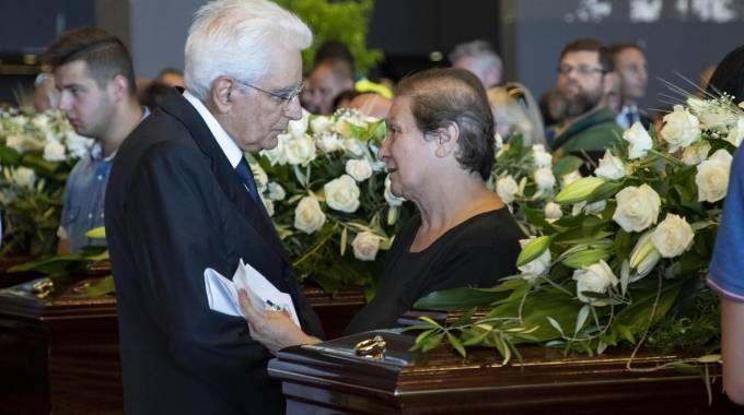 Il presidente Mattarella con i parenti delle vittime del ponte Morandi (Ansa)