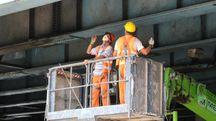 Operai al lavoro su un viadotto