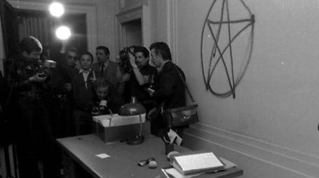 AGGUATO A sinistra la scritta nell'ufficio di Massimo De Carolis