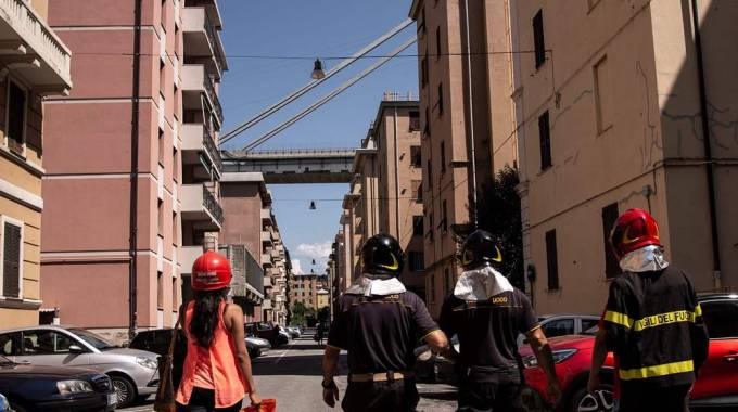 Scricchiola il moncone del Ponte Morandi (Lapresse)