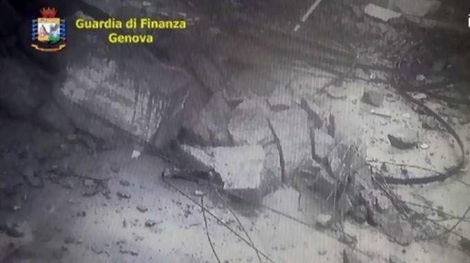 Un fermo immagine del video del crollo (Ansa)
