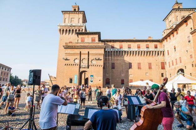 La carovana multiculturale e multisonora dei musicisti di strada nel cuore della città estense (foto Marco Tamburrini)