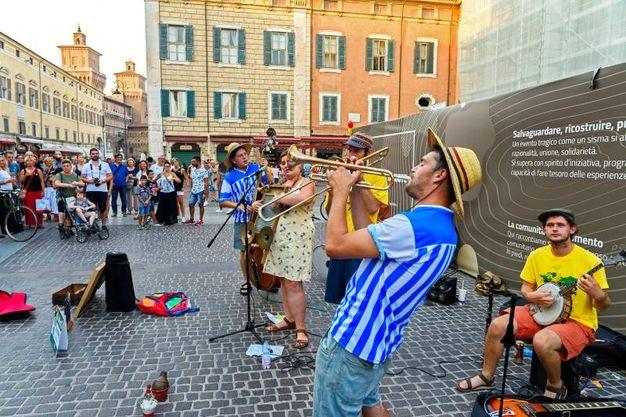 Il gruppo Gin Bowlers si è esibito con tanto di maglia della Spal (foto Massimo Benedetti)