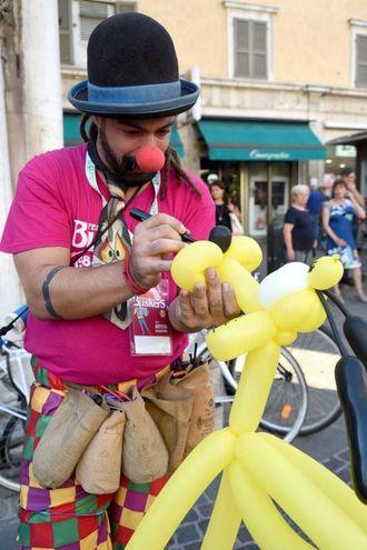 Anche giocolieri, acrobati, equilibristi, clown per il divertimento di grandi e piccini (foto Businesspress)
