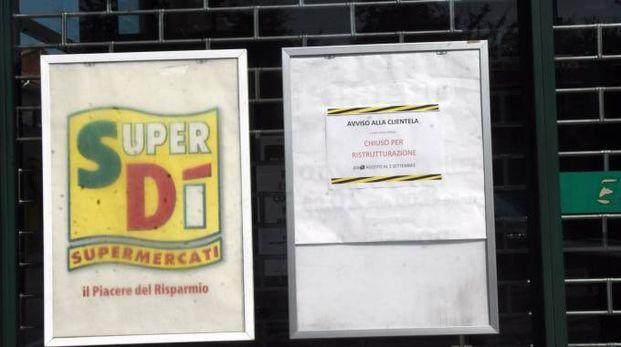 Il cartello comparso a supermercato chiuso a Barlassina