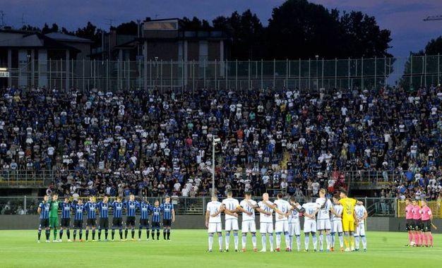 Prima del fischio d'inizio: un minuto di silenzio allo stadio di Bergamo per le vittime di Genova