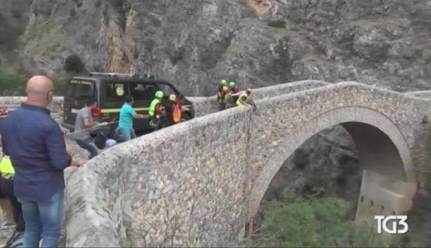 I soccorsi dopo la piena del torrente Raganello a Civita, fermo immagine dal Tg3 (Ansa)