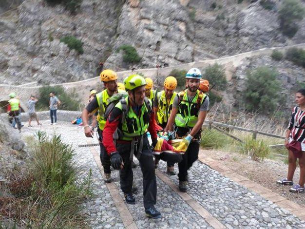 I soccorsi recuperano un escursionista che si trovava nelle Gole del Raganello nel momento della piena del torrente (Ansa)